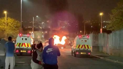 Sosiaalisessa mediassa jaetuissa kuvissa näkyy palavia autoja pohjoisirlantilaisessa Derryssa torstain ja perjantain välisenä yönä.