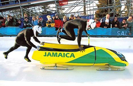 Winston Watts hyppää Lascelles Brownin työntämään kelkkaan Salt Lake Cityn olympialaisissa 2002.