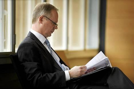 Krp:n apulaispäällikkö Tero Kurenmaa odotteli vuoroaan Helsingin käräjäoikeudessa perjantaina.