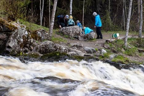Ulkoilijat nauttivat äitienpäivästä Vantaanjoen varrella Nurmijärven Myllykoskella.