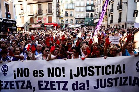 Espanjan Pamplonassa osoitettiin mieltä 22. kesäkuuta, kun viisi seksuaalisesta hyväksikäytöstä tuomittua miestä pääsi takuita vastaan vapaaksi odottamaan tuomiosta tehtyjen valitusten käsittelyä.