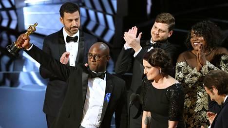 Moonlight-elokuvan ohjaaja ja käsikirjoittaja Barry Jenkins pitelee Oscaria vuoden parhaan elokuvan oikean voittajan selvittyä.