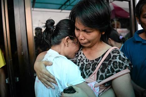Lauttaturmasta pelastunut matkustaja löysi sukulaisensa Filippiinien Cebussa.