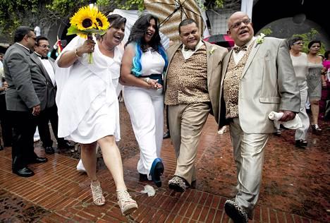 Kaksi samaa sukupuolta olevaa paria juhli häiden jälkeen Puerto Ricon San Juanissa sunnuntaina. Jättiseremoniassa vihittiin 60 paria. Yhdysvaltain korkein oikeus hyväksyi kesäkuussa samaa sukupuolta olevien avioliitot koko maassa