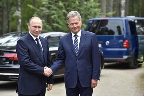 Sauli Niinistö (oik.) ja Vladimir Putin tapasivat kesällä 2017 Savonlinnassa.