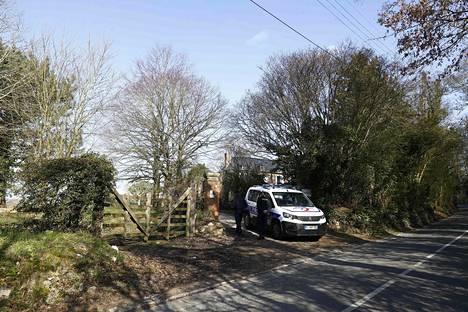 Poliisit vartioivat aluetta, jonka läheisyydessä Olivier Dassalt'n helikopteri syöksyi maahan. Dassault'n kuolemaan liittyen on aloitettu henkirikoksen tutkinta.