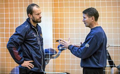 Jere Karalahti kuunteli päävalmentaja Erkka Westerlundin neuvoja.