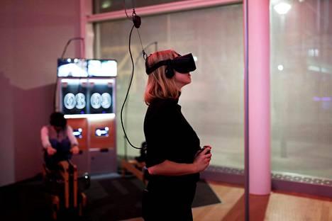 Nainen pelasi videopeliä virtuaalilasien kanssa Pariisissa viime joulukuussa.