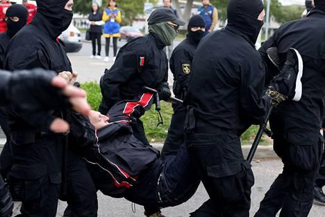Viranomaiset ottivat mielenosoittajan kiinni Miskissä sunnuntaina.