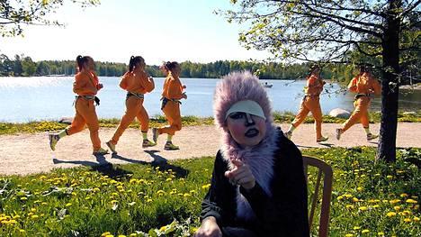 Performanssiduo Horonkäristys eli Tiia-Mari Kolibri alias Verinen räppäri (etualalla) ja Maire Karuvuori alias Lady Lada (taustalla) tuovat vihanhallintakurssinsa nyt Helsinkiin. Luvassa on esimerkiksi puolimeditatiivinen kuntopiiri, jossa tehdään vanhan ajan kotiaskareita.