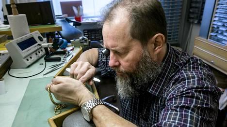 Kelloseppä Leo Lehti hoitaa huoltokierroksen lisäksi myös muiden asiakkaiden kellojen korjaukset.