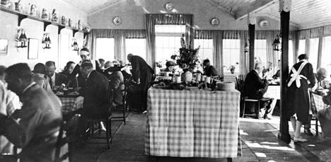 Mannerheim oli tarkka kahvilan tyylistä. Pöytäliinat ja astiat olivat sinivalkoiset. Lattiat ja seinät oli maalattu vaaleiksi. Kalusteiden piti olla tummaa puuta.