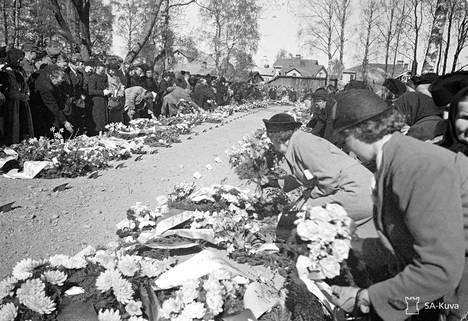 Omaiset laskevat seppeleensä vainajien muistoksi sankarihautajaisissa Lappeenrannassa 19. toukokuuta 1940.