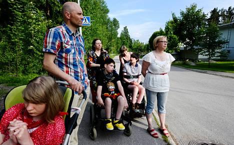 Vaikeasti kehitysvammaiset Aino Joensuu, 18, (punainen paita), Jere Mustonen, 20, (musta paita) ja Oskar Collan, 15, (raitapaita) ovat epätoivottuja naapureita.