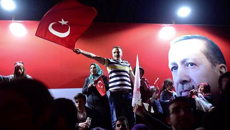 Presidentti Erdoganin kannattajia Istanbulissa sunnuntaina.