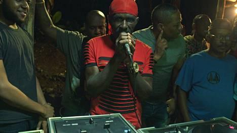Christopher Wallacen jamaikalainen setä Dave Wallace esiintyi jamaikalaisissa illanvietoissa Wallacen ollessa pieni ja toimi tämän musiikillisena esikuvana.