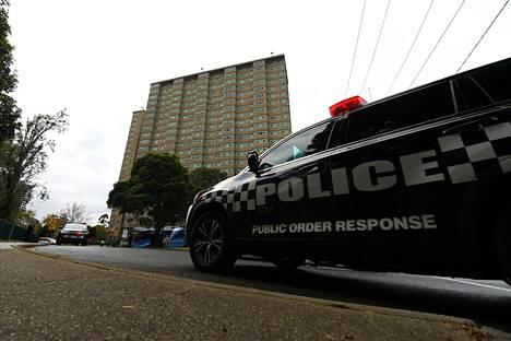 Poliisiauto eristetyn tornitalon Melbournessa maanantaina.