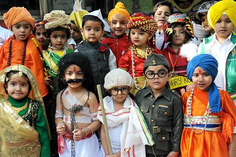 Koululaiset pukeutuivat kuuluisiksi intialaisiksi lasten päivän kunniaksi Amritsarin kaupungissa perjantaina.  Lasten päivä on myös Intian ensimmäisen pääministerin Jawaharlal Nehrun syntymäpäivä. Nehruksi pukeutunut lapsi on kuvan ylärivissä kolmas vasemmalta. Alarivin keskellä Mahatma Gandhi.