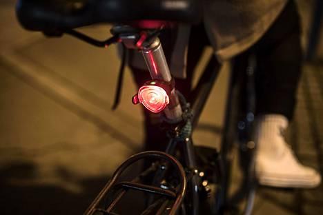 Viime kesäkuusta alkaen takavalo on ollut pakollinen varuste polkupyörissä, kun ajo tapahtuu hämärällä tai pimeässä.