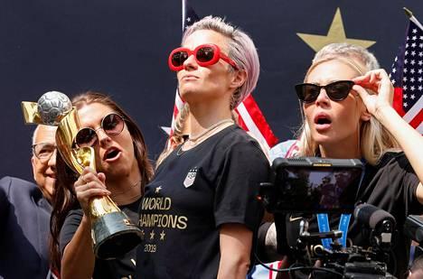 Yhdysvaltain naisten jalkapallomaajoukkueen kapteeni Megan Rapinoe juhli punaisissa aurinkolaseissaan maailmanmestaruutta joukkueelle järjestetyssä paraatissa 10. heinäkuuta.