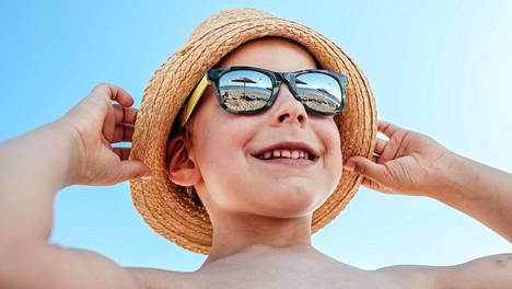 Benjamin Hänninen nauttii auringon ja meren aalloista Euphoria Resortin rannalla Kreetalla.