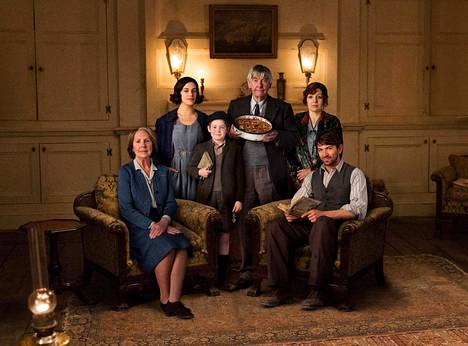 Ja se Guernseyn kirjallisuuspiiri perunankuoripaistoksen ystäville on tässä: Amelia (Penelope Wilton, vas.), Elizabeth (Jessica Brown Findlay), Eli (Kit Connor), Eben (Tom Courtenay), Isola (Katherine Parkinson) ja Dawsey (Michiel Huisman).