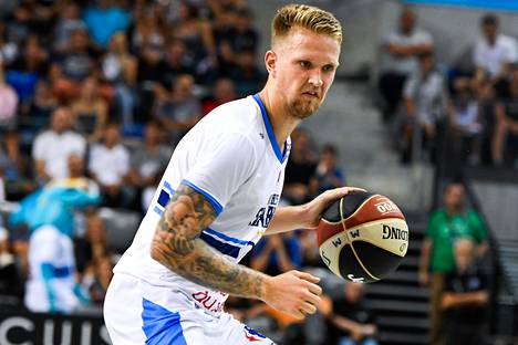 Latvian Aigars Skele vastasi komeasta kaukoheitosta, joka kuitenkin hylättiin peliajan ehdittyä päättyä. Kuva vuodelta 2018.