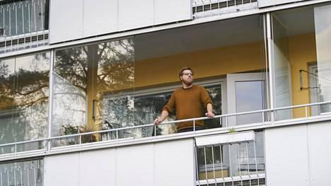 Rasmus Särs myy kaksiotaan Kannelmäessä. Kiinnostuneita katsojia on käynyt, mutta asumiskustannusten nousu vähentää ostohaluja.
