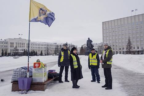 Paikalliset aktivistit Šiesin jätelaitosta vastusvalla pysyvällä mielenosoituspaikalla Arkangelin keskustassa maaliskuun alussa.