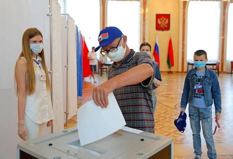 Maskeihin pukeutunut mies osallistui Venäjän perustuslakiäänestykseen Venäjän lähetystössä Valkovenäjän pääkaupungissa Minskissä keskiviikkona.