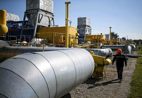 Työntekijä kaasuvarastolla Ukrainassa viime toukokuussa.