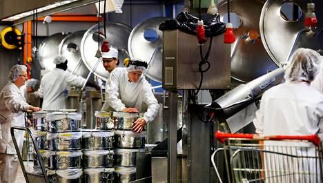 Juures-perunasose on valmis. Eila Laine, Gyan Basnet ja Gearoid O'Ceallachain mittaavat ruoan lämpöastioihin Catering Pakkalassa Vantaalla, minkä jälkeen ruoka kuljetetaan helsinkiläisille kouluille.