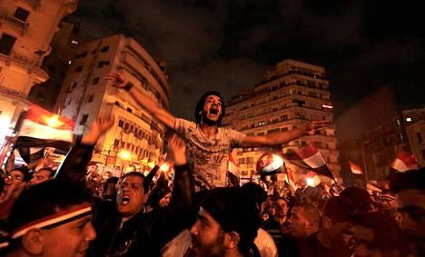 Mielenosoittajat juhlivat Egyptin presidentin Hosni Mubarakin syrjäyttämistä Tahririn aukiolla Kairossa helmikuun 11. päivä 2011.