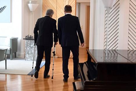Presidentti Sauli Niinistö ja pääministeri Juha Sipilä (kesk) poistuivat sen jälkeen, kun Sipilä oli jättänyt presidentille hallituksensa eronpyynnön perjantaina.