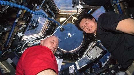 Astronautit Scott Tingle (lvas.) ja Norishige Kanai katsovat, kun rahtialus SpaceX Dragon lähestyy Iss-avaruusasemaa maanantaina. Tällä kertaa mukana oli myös spermaa.