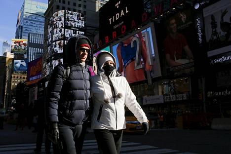 Times Squarella New Yorkissa ulkoilijat olivat pukeutuneet toppavaatteisiin.