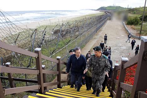Etelä-Korean presidentti Moon Jae-in (vas.) oli huhtikuussa 2019 tarkastuskäynnillä Koreoiden välisellä demilitarisoidulla vyöhykkeellä Goseongissa lähellä paikkaa, jossa pohjoiskoeralainen loikkari otettiin kiinni viime viikolla.