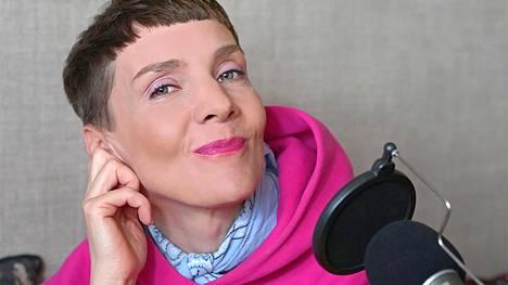 Maria Veitola kyselee julkkisten kuulumisia uudessa podcastissaan.