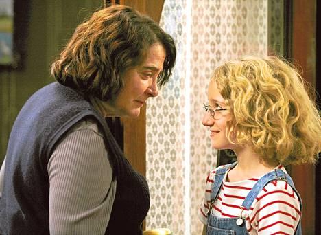 Josiane Balasko on hienostotalon portinvartija ja Garance Le Guillermic pikkuvanha Paloma-tyttö menestysromaanin pohjalta tehdyssä elokuvassa Siilin eleganssi.