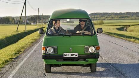Isä Nisse (Peik Stenberg, oik.) ja poika Stefan (Martin Paul, vas.) kohtaavat kuoleman eri tavoilla Klaus Härön elokuvassa.