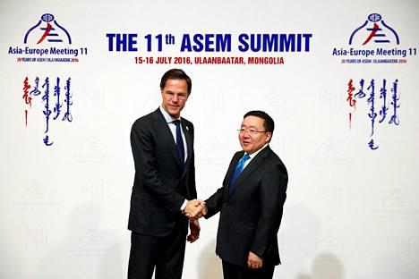 Hollannin 195-senttinen pääministeri Mark Rutte (vasemmalla) on varmaan maailman pisimpiä valtiomiehiä. Tässä hän kättelee Mongolian presidenttiä Tsakhiagiin Elbegdorjia, kun hän saapui Asem-kokoukseen Mongolian pääkaupunkiin Ulan Batoriin 15. heinäkuuta.