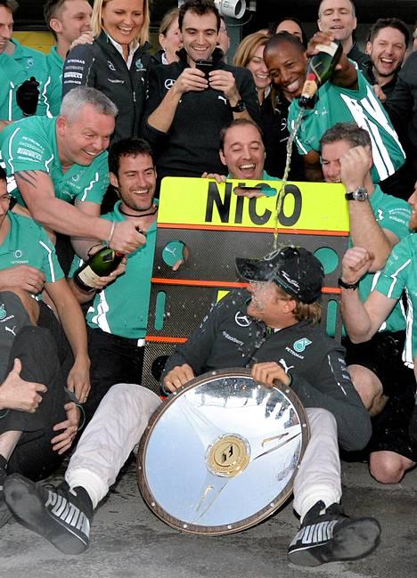 Näin Mercedes-talli juhli kaksi viikkoa sitten Nico Rosbergin ottamaa avauskisan voittoa Melbournessa.