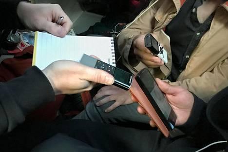 Toimittajat äänittivät puhelimen kautta tehtävää haastattelua torstaina Turussa.