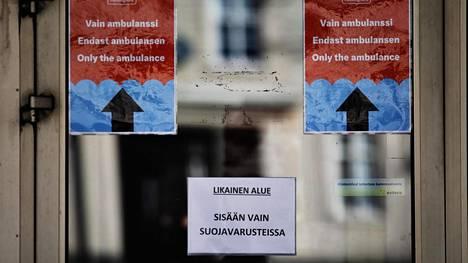 Helsingissä Laakson sairaalan ovessa oleva lappu kertoo, että sisään saa tulla vain suojavarusteissa. Laakson sairaalassa hoidetaan koronaviruspotilaita.