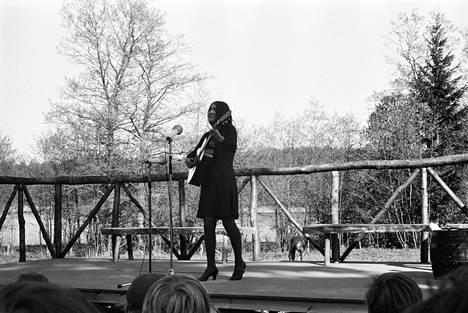 Yleisradio buukkasi Helsinki Folk Festival -tapahtumaan suositun folkmuusikon Buffy Sainte-Marien.