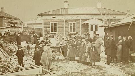 Nälkävuonna 1868 pitkäperjantaina tarjottiin sadalle köyhälle päivällinen Tampereella.