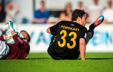 Jalkapalloseura FC Hongan talous on ollut yhtä pahasti takalistollaan kuin hyökkääjä Porokara ottelussa Maarianhaminan IFK:ta vastaan.