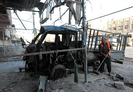 Autopommin jälkiä siivottiin Bagdadissa viime lauantaina.