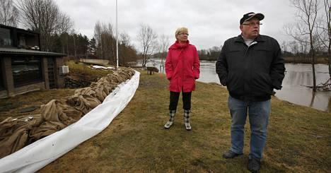 Markku ja Ritva Mattila selvisivät säikähdyksellä Loimijoen tulvasta, mutta viikonlopun vietto muuttui.