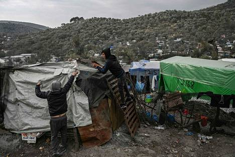 Nuorukaisia korjaamassa majapaikkansa pressuja Morian pakolaisleirillä Kreikassa tammikuun lopussa.